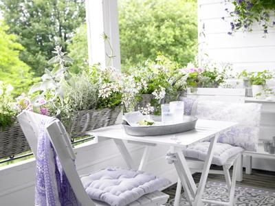 tuinkamer wit klapstoeltjes brocante bloemen buiten eten