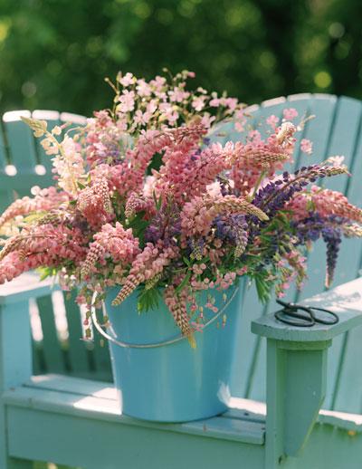 Romantisch zomerboeket plukken uit eigen tuin
