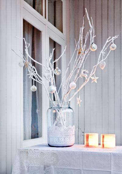 Zelf maken: kerstboeket van versierde witte takken