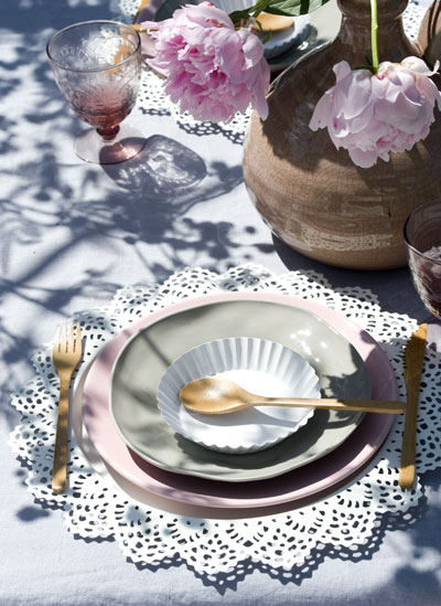 tuinfeest aankleden in pastel, bord met taartkleedje als placemat