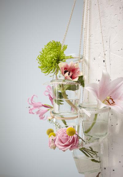 tuinfeest aankleden in pastel, hangende vaasjes