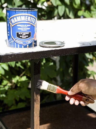 zelf maken: bankje van houten vlondertegels, metalen onderstel verven
