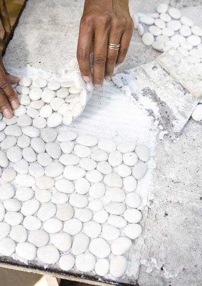 zelf maken: bankje van houten vlondertegels, kiezelmatjes