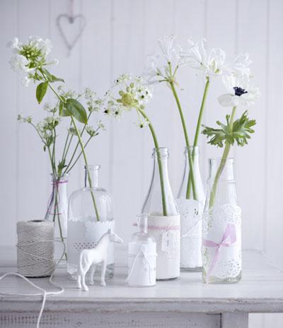 tuinfeest aankleden in pastel, witte flesjes met kant
