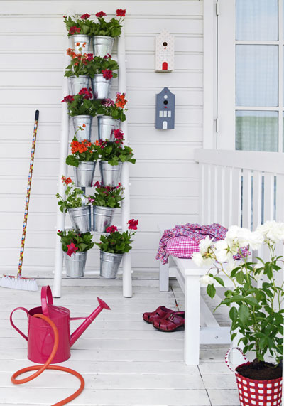 vakantiegevoel in eigen tuin, ladder vol geraniums