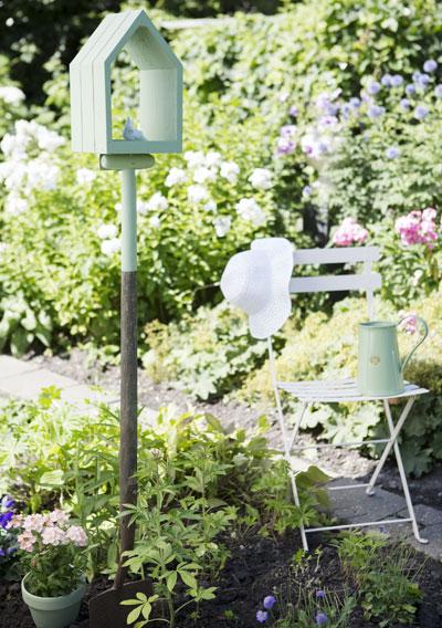 Oud tuingereedschap als vogelhuisje