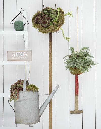 Oud tuingereedschap als plantenpot