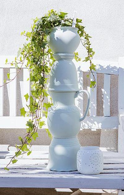 creatief met bloempotten, gestapeld tot toren