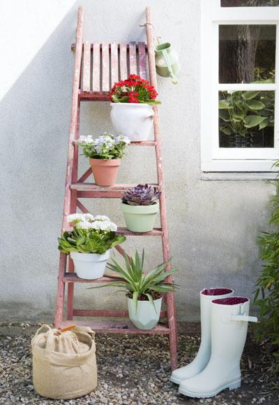 creatief met bloempotten, potten op trap
