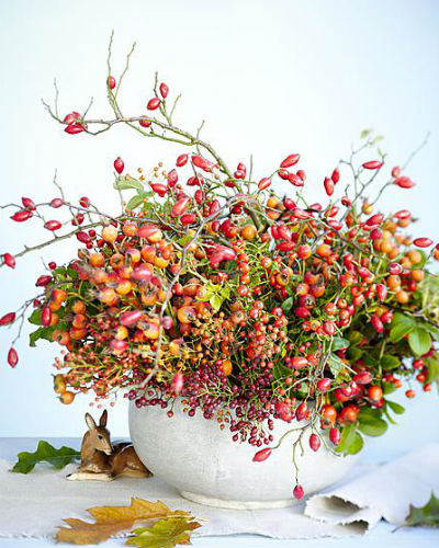 boeket met alleen rozenbottels in witte ronde vaas