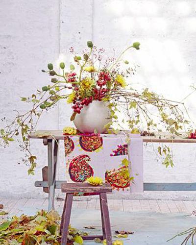 boeket met rozenbottels, dahlia's, chrysanten en sierappels
