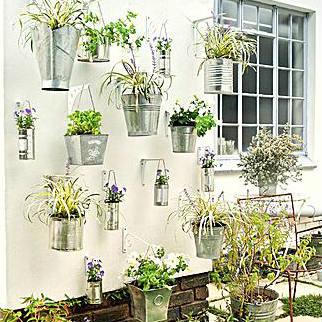 Zinken emmers worden een hangende tuin