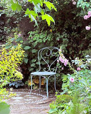 Paradijselijke rozentuin, blauw bistrostoeltje