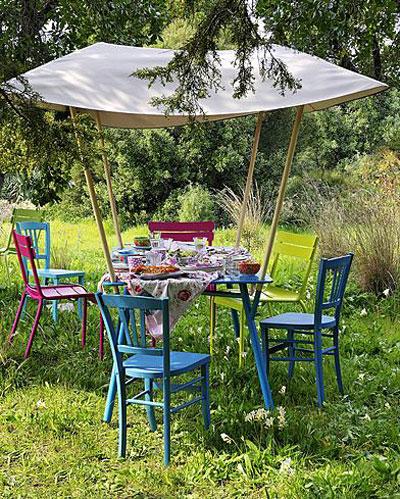 geurige lavendel en andere vakantie-sfeermakers, gedekte buitentafel op het gras
