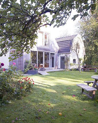 eigen pluktuin vol dahlia's, zicht op huis vanaf achter in tuin