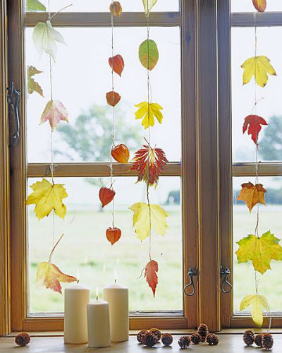 ideeën met herfstblad, blaadjes aan draadjes voor het raam