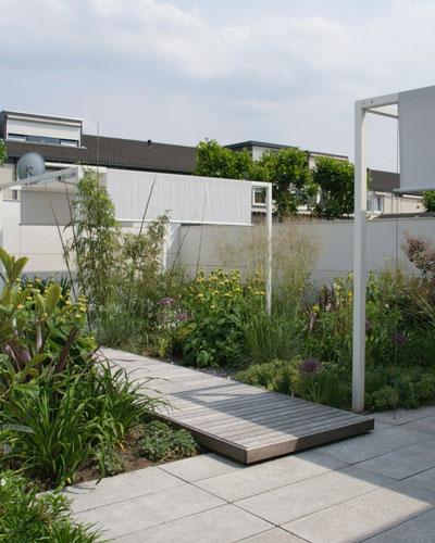 Lichte tuin met schaduwterrassen