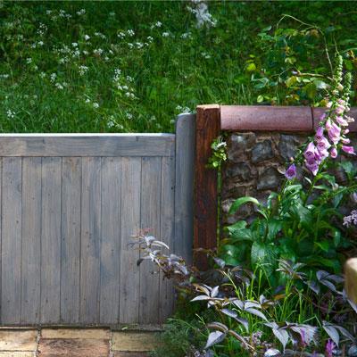 tuinpoort of tuinhek met omlijsting van nokvorsten