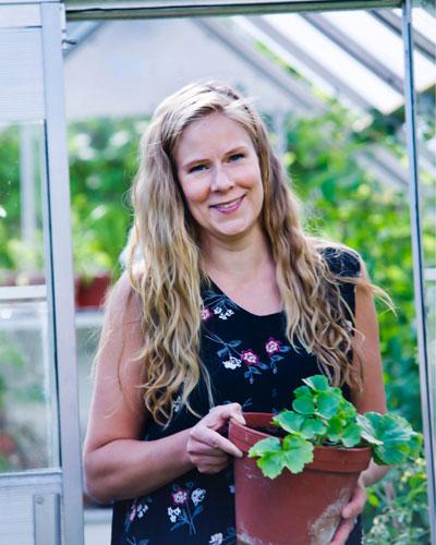 Kijkje in de kweekkas, portret van Hanna met geraniumstek