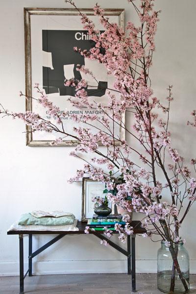 kersenbloesem, bloeiende tak in vaas in huis voor schilderij