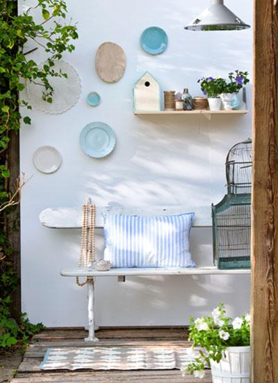 update lenteterras: bordjes aan de muur boven buitenbank