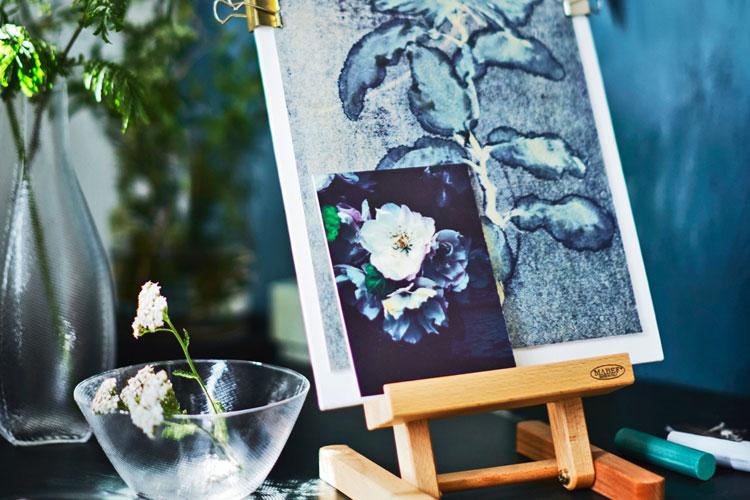 botanisch tekenen: schildersezel met bloemenschilderij