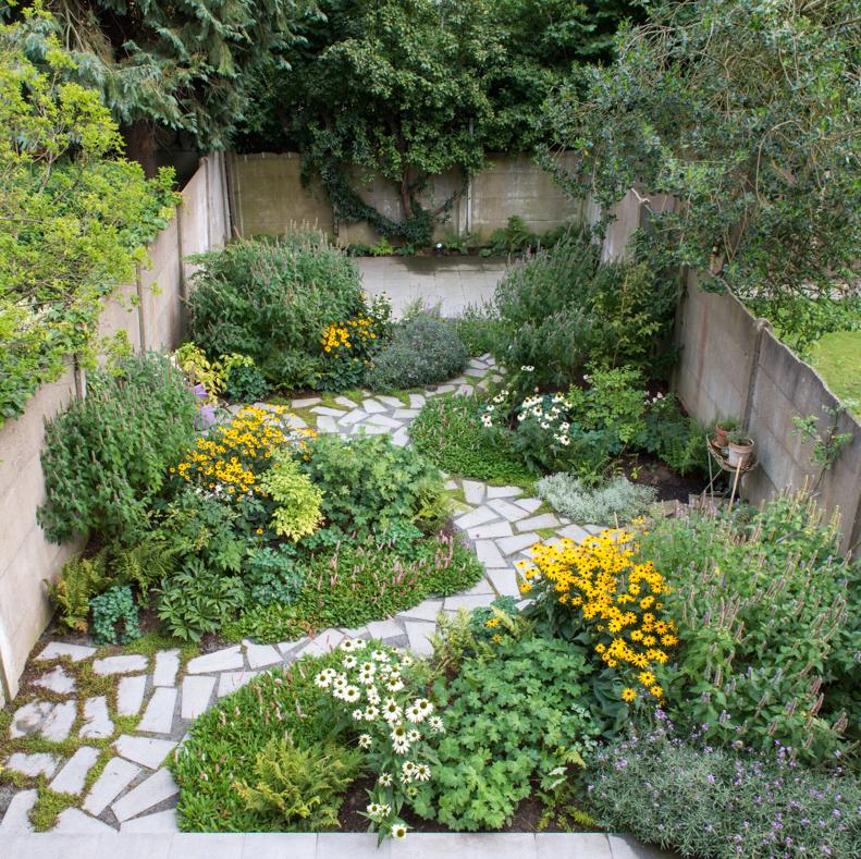 Kleine tuin ommuurde natuur for Kleine stadstuin ideeen