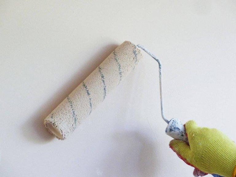 Hoe een muur te verven met gebruik van een roller