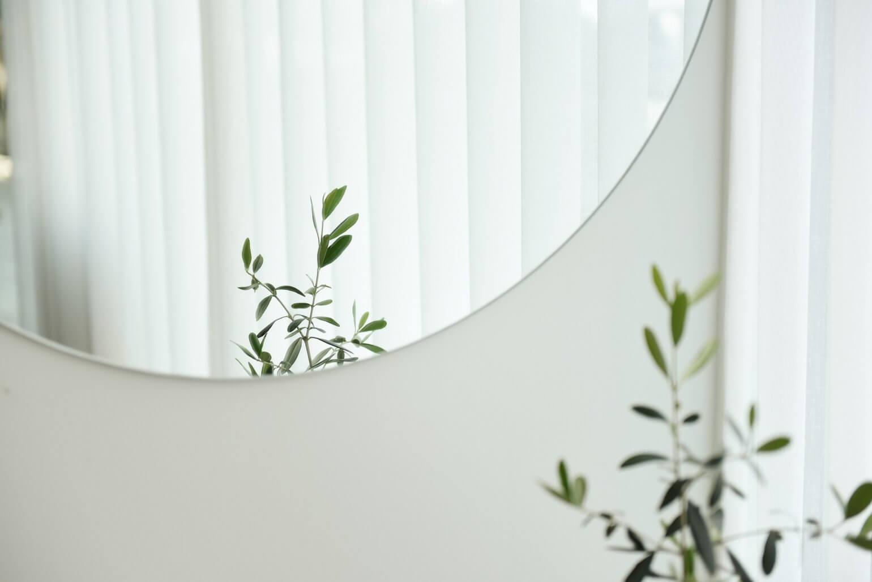 Spiegel aan muur