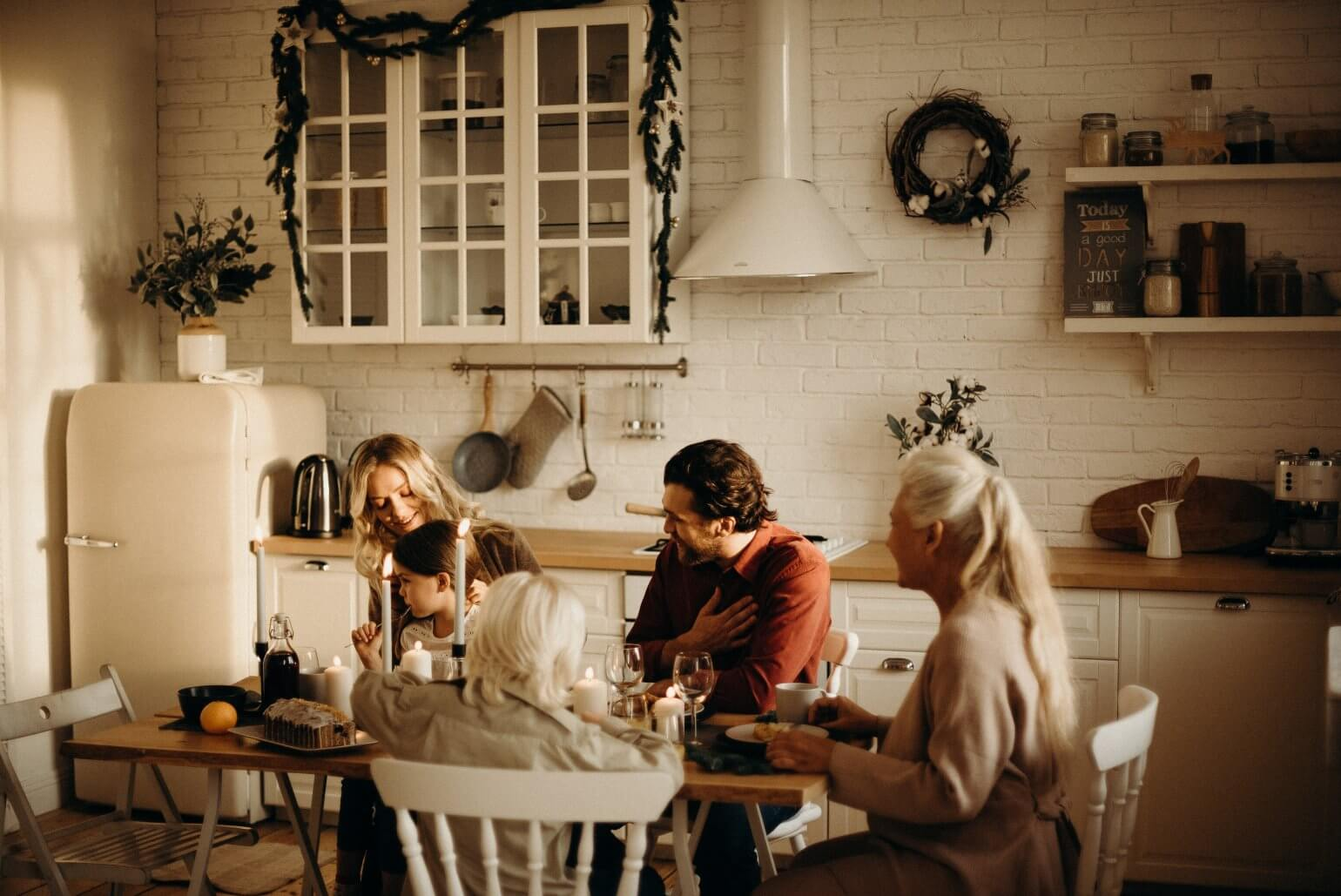 kinderen aan tafel eten